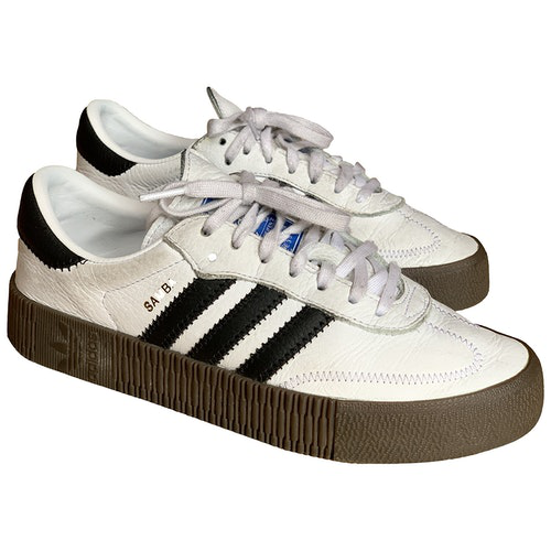 Indica Aplicando auricular  Shop Adidas Originals Samba White Leather Trainers